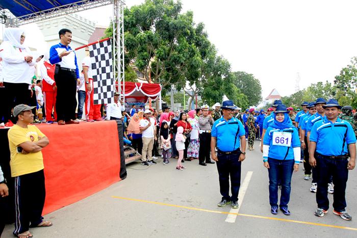 Camat  dan lurah  se kota Batam turun langsung  memeriahkan  lomba Gerak jalan HUT RI 72  Kota Batam dilepas oleh Walikota Batam