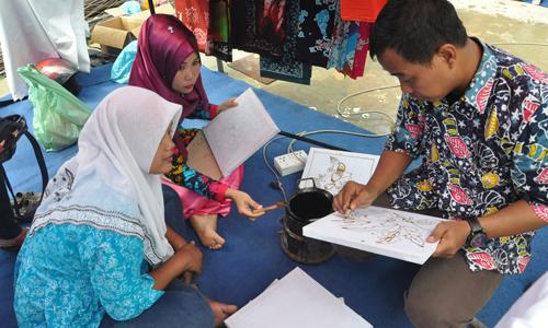 Pembatik Dekranasda Batam sedang mengajari masyarakat di perumahan Griya Permata Indah kel. Tiban Indah kec. Sekupang  yang ingin belajar membatik