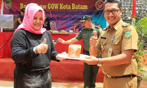 Ketua GOW Kota Batam, Marlin Agustina Rudi menyerahkan roti tawar hasil demo masak kepada Camat Bengkong sebagai ucapan terima kasih