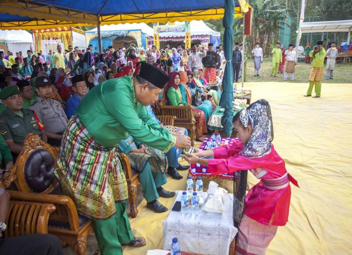 Bupati Anambas Abdul Haris menerima tari persembahan pada pembukaan MTQ Kecamatan Palmatak.