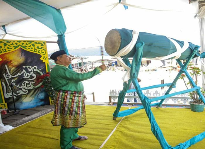 Bupati Kabupaten Kepulauan Anambas memukul bedug secara simbolis dibukanya MTQ di Kecamatan Palmatak.