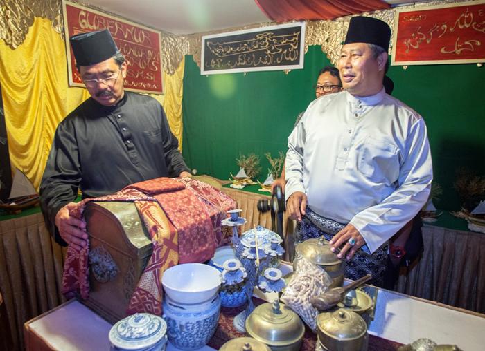 Gubernur Provinsi Kepri didampingi Bupati Kabupaten Kepulauan Anambas meninjau bazar stan MTQ ke-V