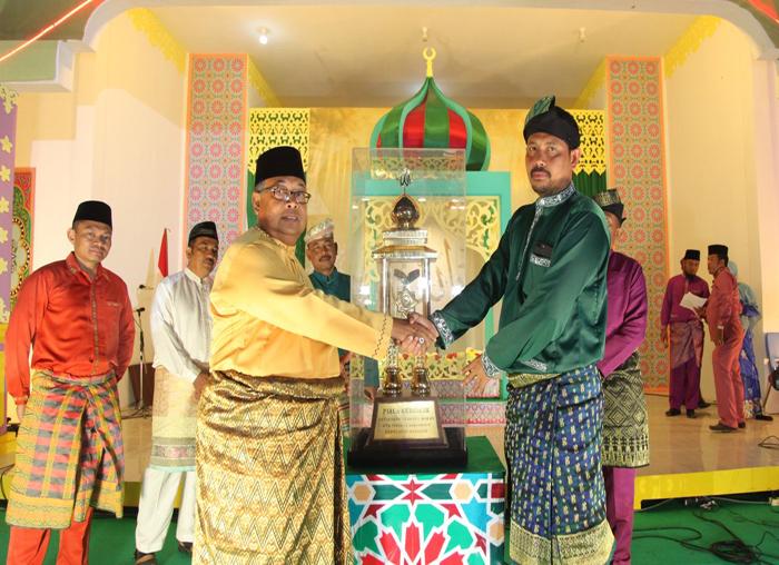 Ketua Pelaksana MTQ ke-V, Sahtiar menyarahkan piala bergilir kepada Ketua Kafilah Siantan yang meraih juara umum MTQ ke-V