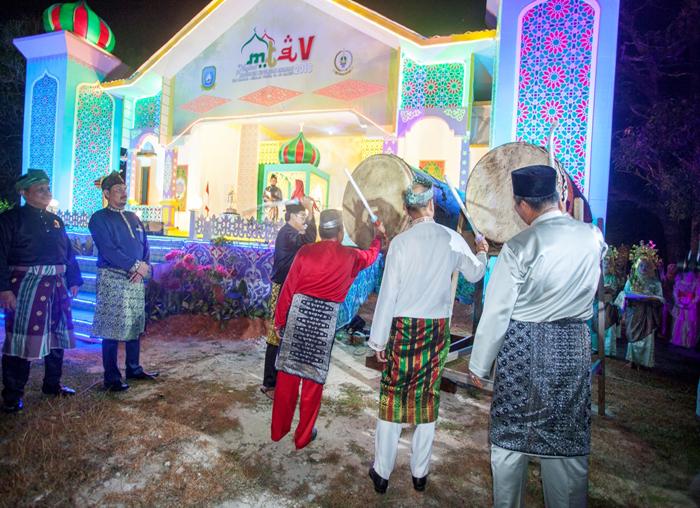 Bupati, Wakil Bupati dan Ketua DPRD Anambas mendampingi Gubernur Provinsi Kepri memukul bedug sebagai tanda resmi dibukanya MTQ ke-V