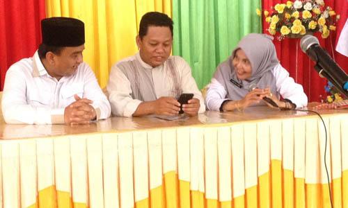 Ade Angga dan maskur Tilawahyu berdiskusi sembari bercanda dengan guru SMK Negeri 2 Tanjungpinang