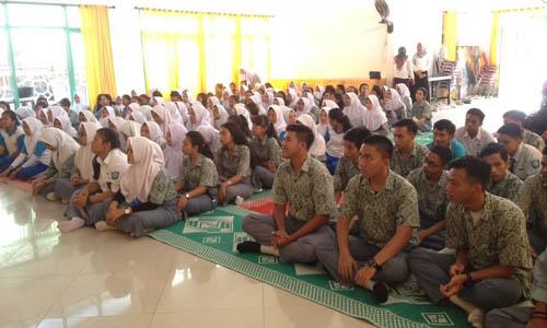 Siswa SMK Negeri 2 Tanjungpinang antusias mendengarkan sang motivator, Ade Angga dan Maskur Tilawahyu menyampaikan materi
