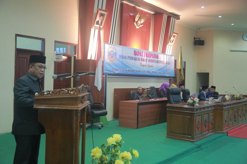 Bupati Lingga Alias Wello menyampaikan sambutan usai menerima dokumen APBD Perubahan setelah di bahas di DPRD Lingga