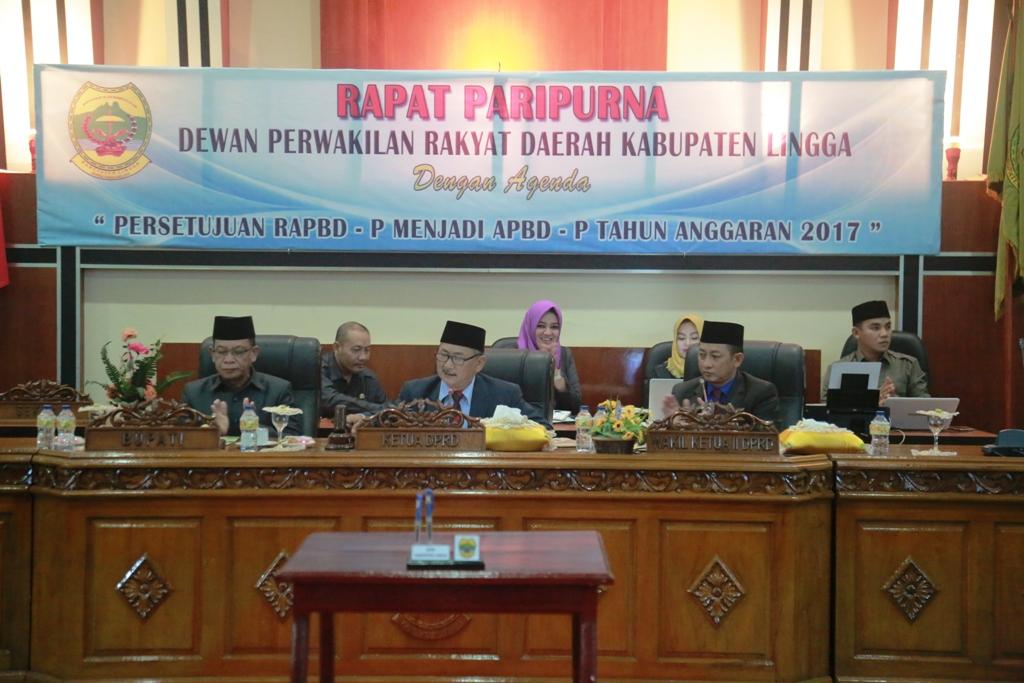 Ketua DPRD Lingga Riono (tengah) didampingi Bupati Lingga Alias Wello dan Wakil Ketua II Muddazir Zahid, mengetok palu mengesahkan rapat paripurna.