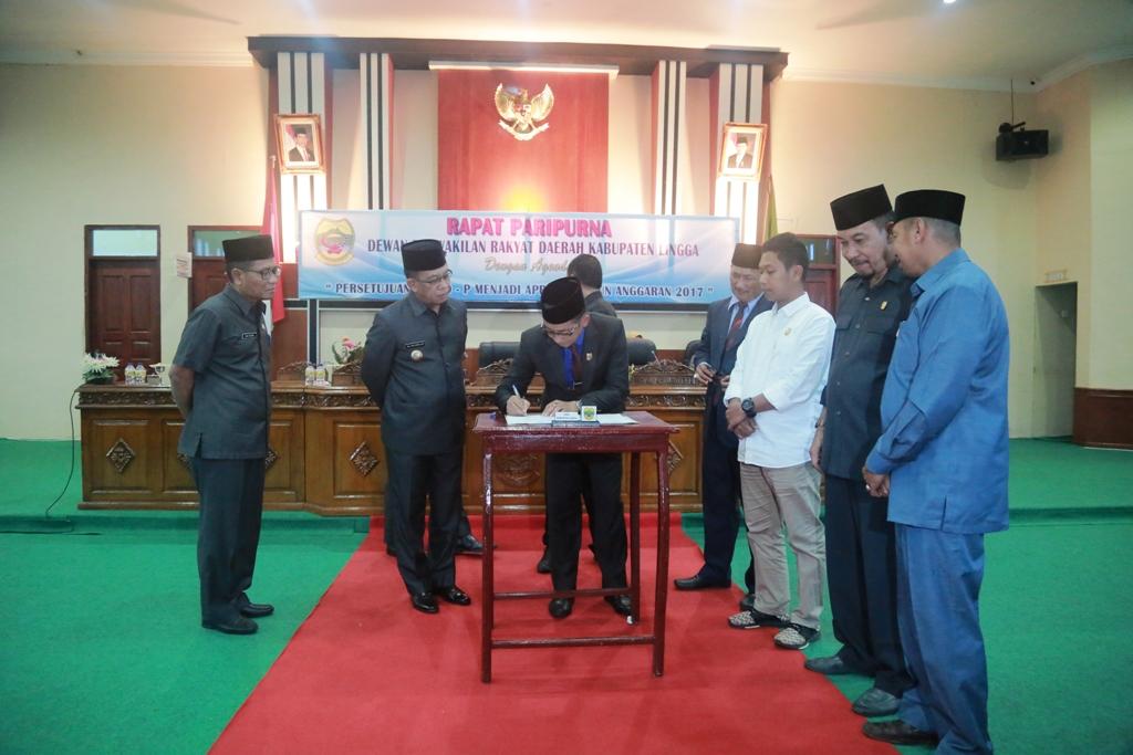 Wakil Ketua II DPRD Lingga menandatangani Dokumen APBD Perubahan bersama Bupati Lingga, Ketua DPRD Lingga dan ketua-ketua komisi di DPRD Lingga