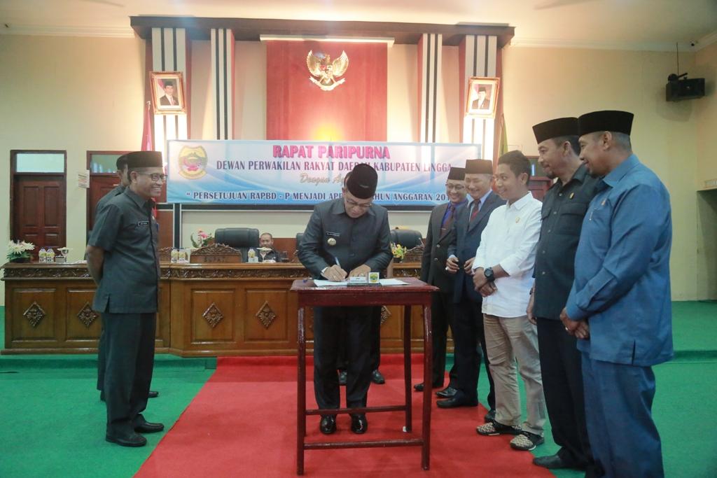Bupati Lingga menandatangani Dokumen APBD Perubahan 2017 disaksikan, Ketua DPRD, Sekda Lingga, dan ketua-ketua Komisi