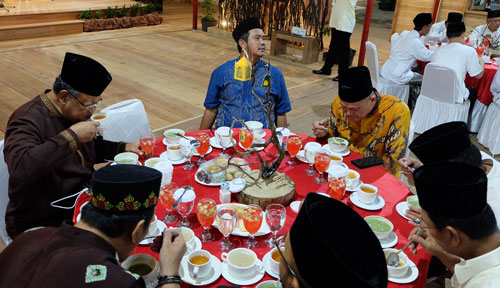 Presdir PT Sun Resort, Sunny Sukardi, Bupati Bintan Apri Sujadi dan Huzrin Hood saat berbuka puasa bersama