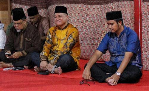 Bupati Bintan Apri Sujadi, Tokoh Masyarakat Kepri Huzrin Hood, dan Presdir PT Sun Resort Sunny Sukardi antusias mendengarkan ceramah agama