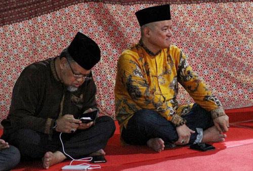 Tokoh Masyarakat Kepri Huzrin Hood dan Presdir PT Sun Resort Sunny Sukardi antusias mendengarkan ceramah agama menjelang waktu  berbuka puasa