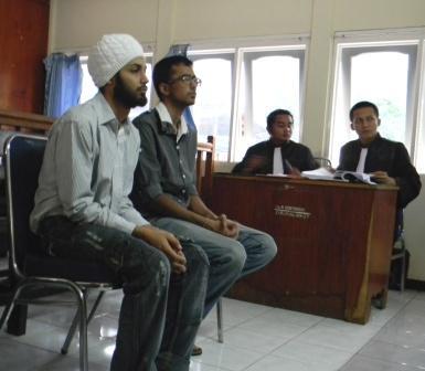 Dua_pelajar_Internasional_Academik_Bintan_(IAB),_berkewarga_negaraan_India_Chitkaran_Khurau_Shing_dan_Jatinder_Pal_Singh_Saat_disidang_di_PN_Tanjungpinang.JPG