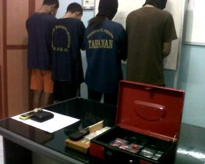 Empat_Tersangka_Narkotika_yang_dibekuk_Satnarkoba_Tanjungpinang.jpg