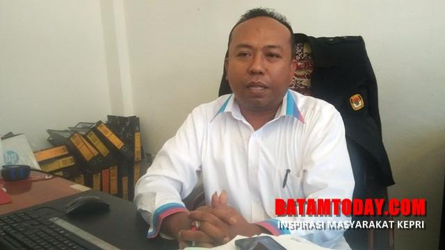 agus_setiawan_-_ketua_kpu_batam_-_duduk.jpg
