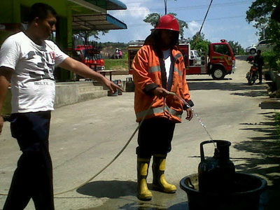 Petugas PBK memberikan tindakan ke tabung gas milik Bakso Gunung yang ...