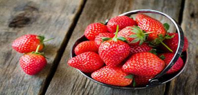 Cara Memutihkan Gigi Dengan Buah Strawberry