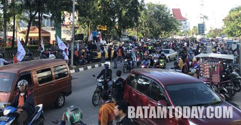 demo_ribuan-buruh-demo-grahakepri1.jpg
