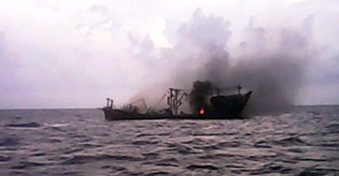 kapal-ikan-terbakar.jpg