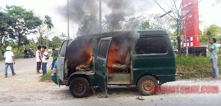 mobil-terbakar3.jpg