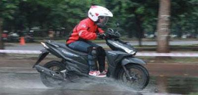 motor-dan-hujan.jpg