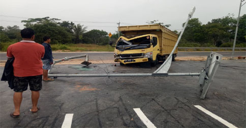 truk-tabrak-tiang.jpg